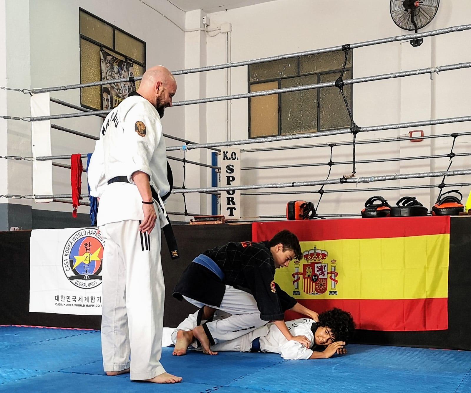 Antonio Moral (supervisando técnica en cinturones de color)